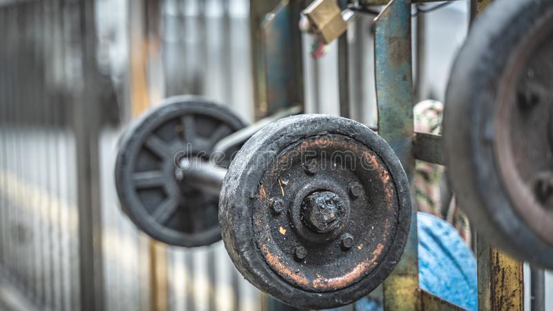 Ρόδες κάρρου στο φράκτη μετάλλων στο πεζοδρόμιο στοκ εικόνες