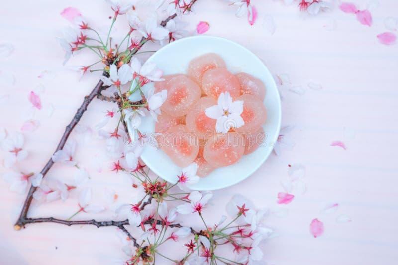 Ρόδινα γλυκά: Πικ-νίκ ανοίξεων ανθών κερασιών στοκ φωτογραφία