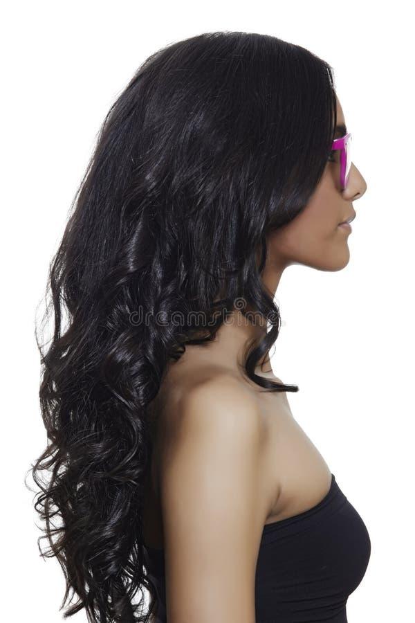 Ρόδινα γυαλιά στην όμορφη μαυρισμένη γυναίκα. στοκ φωτογραφία