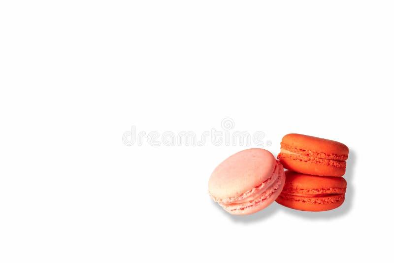 Ρόδινα και κόκκινα macaroons στο λευκό στοκ εικόνα με δικαίωμα ελεύθερης χρήσης