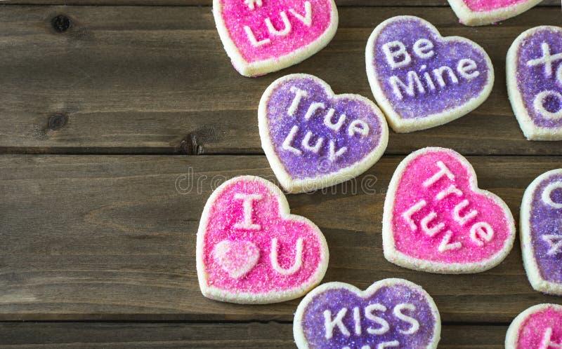 Ρόδινα και πορφυρά διαμορφωμένα καρδιά μπισκότα συνομιλίας στοκ εικόνες