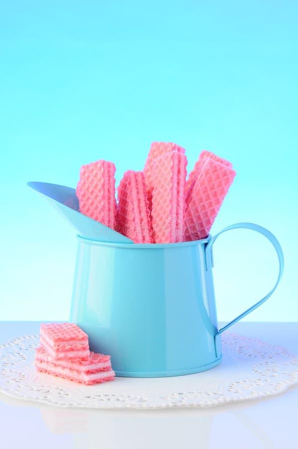 Ρόδινα μπισκότα γκοφρετών ζάχαρης στοκ φωτογραφίες