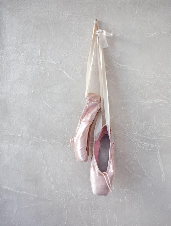 Ρόδινα παπούτσια pointe στοκ εικόνες