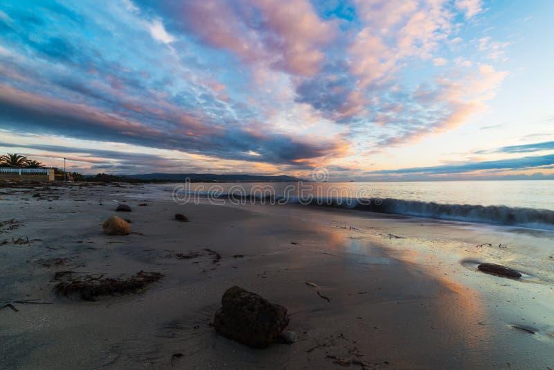 Ρόδινα σύννεφα πέρα από τη θάλασσα στο ηλιοβασίλεμα στοκ εικόνες με δικαίωμα ελεύθερης χρήσης
