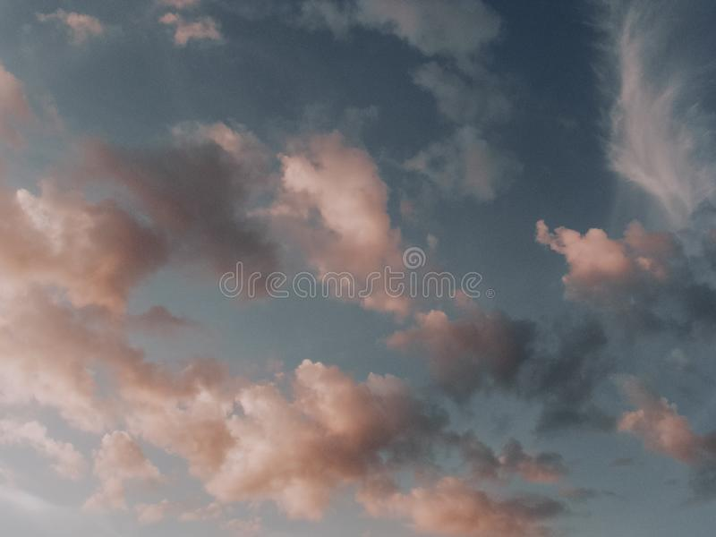 Ρόδινα σύννεφα στο μπλε ουρανό στοκ φωτογραφία