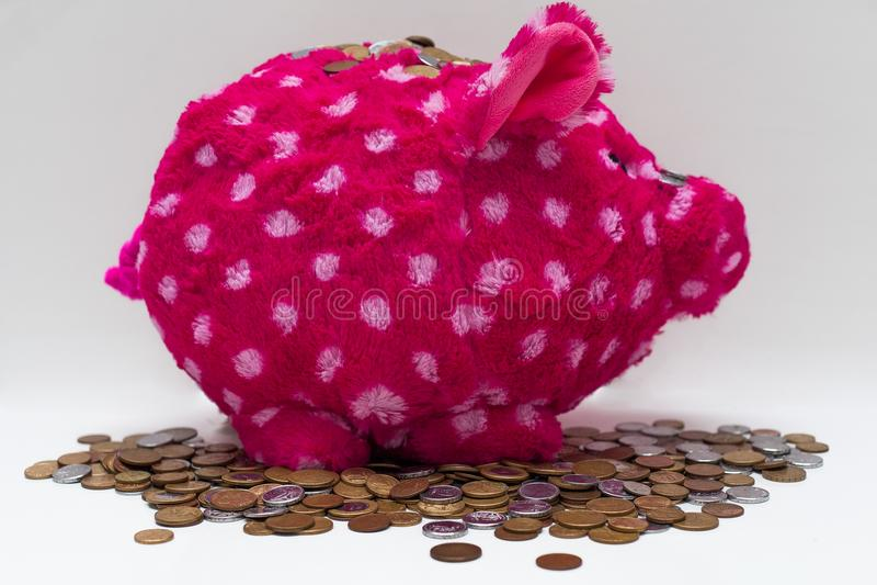 Ρόδινα τράπεζα και νομίσματα Piggy βελούδου στοκ εικόνα με δικαίωμα ελεύθερης χρήσης