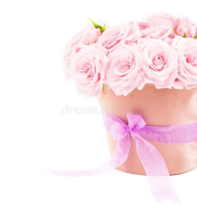 ρόδινα τριαντάφυλλα δοχ&epsilo στοκ φωτογραφίες