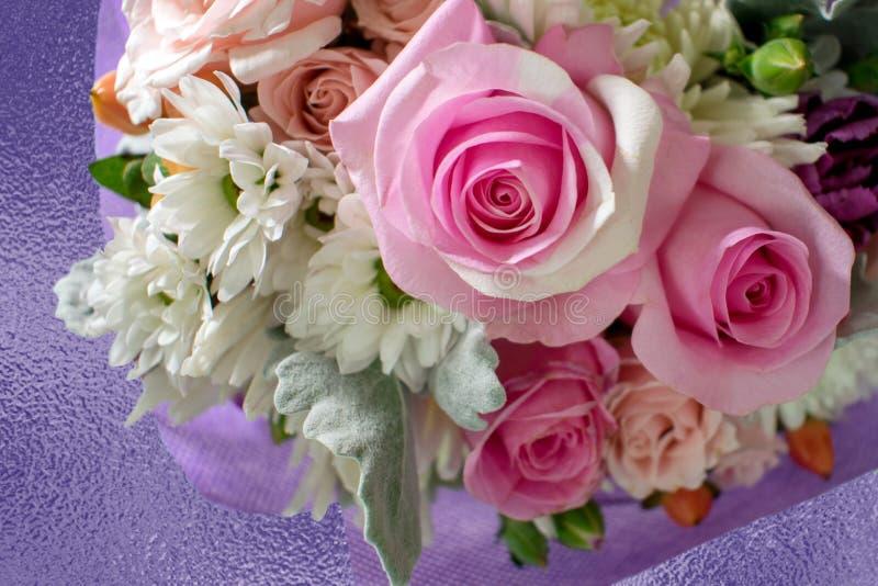 Ρόδινα τριαντάφυλλα στο κέντρο της όμορφης ανθοδέσμης των λουλουδιών στοκ εικόνες με δικαίωμα ελεύθερης χρήσης