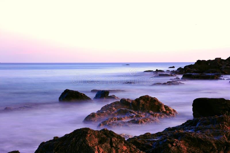 Ρόδινα χρώματα ηλιοβασιλέματος στη δύσκολη ακτή του Μαίην στοκ φωτογραφία