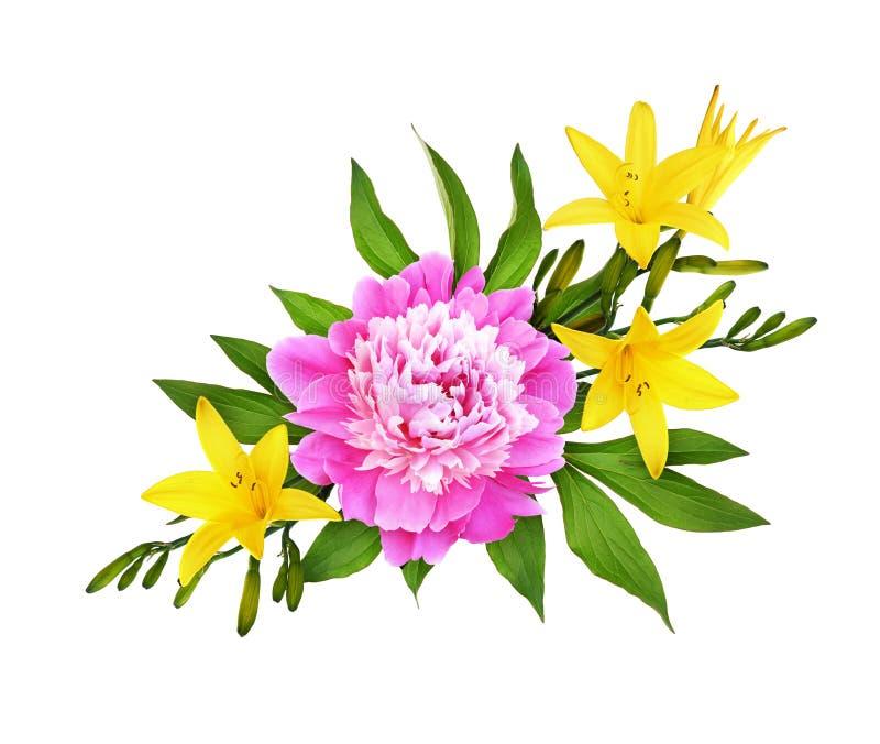 Ρόδινα peony λουλούδια με τους κίτρινους κρίνους σε μια floral ρύθμιση στοκ φωτογραφίες με δικαίωμα ελεύθερης χρήσης