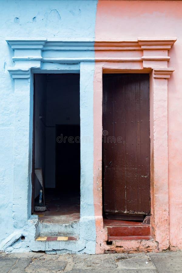 Ρόδινες και μπλε πόρτες της Καρχηδόνας στοκ εικόνα με δικαίωμα ελεύθερης χρήσης