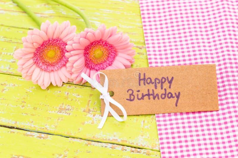 Ρόδινες λουλούδια και ευχετήρια κάρτα κρητιδογραφιών χρόνια πολλά στοκ φωτογραφία με δικαίωμα ελεύθερης χρήσης