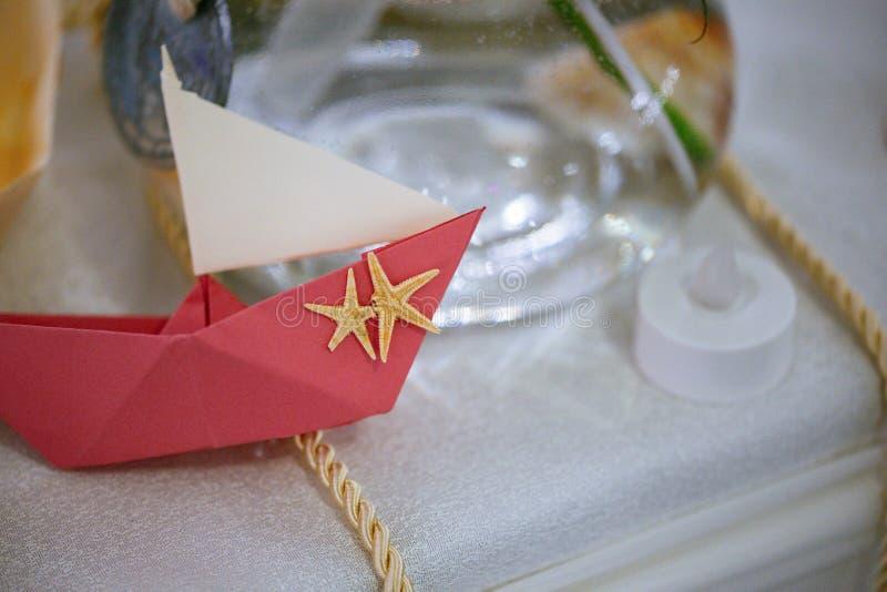 Ρόδινη βάρκα origami εγγράφου με το σχέδιο αστεριών, διακόσμηση γαμήλιων πινάκων στοκ εικόνες