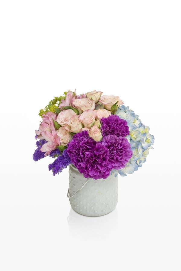 Ρόδινη και πορφυρή ρύθμιση λουλουδιών Τριαντάφυλλα και hydrangea σε ένα άσπρο βάζο που σχεδιάζεται για τον ανθοκόμο στοκ φωτογραφίες