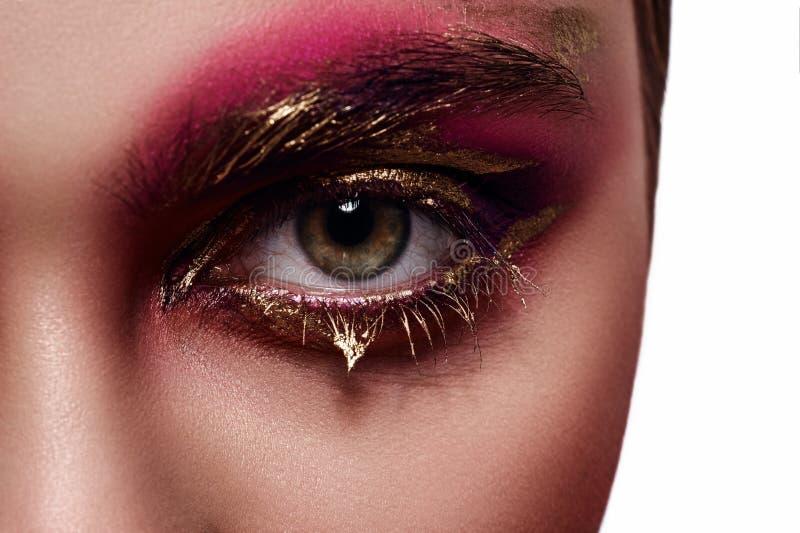 Ρόδινη και χρυσή σύνθεση στο μάτι γυναικών στοκ εικόνες