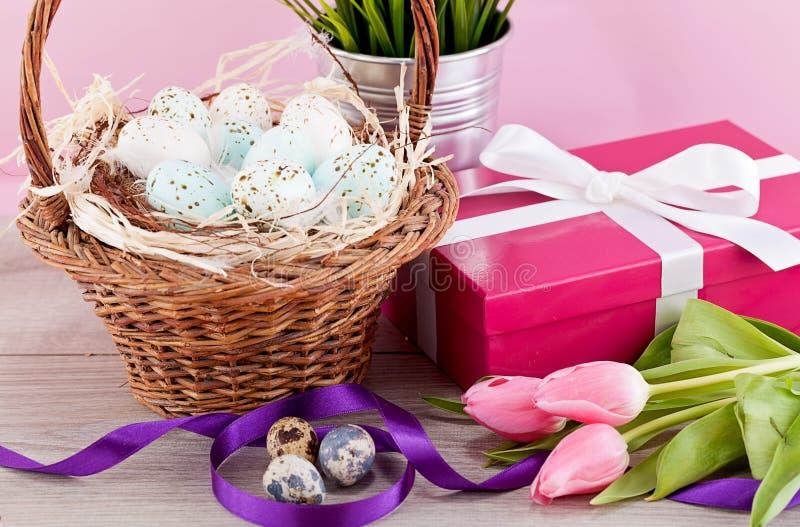 Ρόδινη παρούσα και ζωηρόχρωμη διακόσμηση Πάσχας τουλιπών εορταστική στοκ εικόνα με δικαίωμα ελεύθερης χρήσης