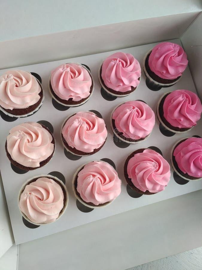 Ρόδινη σοκολάτα cupcake με την καραμέλα κρέμας στοκ εικόνες