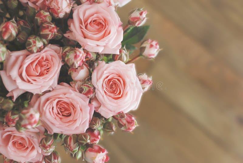Ρόδινη όμορφη ανθοδέσμη τριαντάφυλλων πέρα από τον ξύλινο πίνακα Τοπ διάστημα αντιγράφων άποψης eps 10 καρτών διανυσματικός τρύγο στοκ φωτογραφίες με δικαίωμα ελεύθερης χρήσης