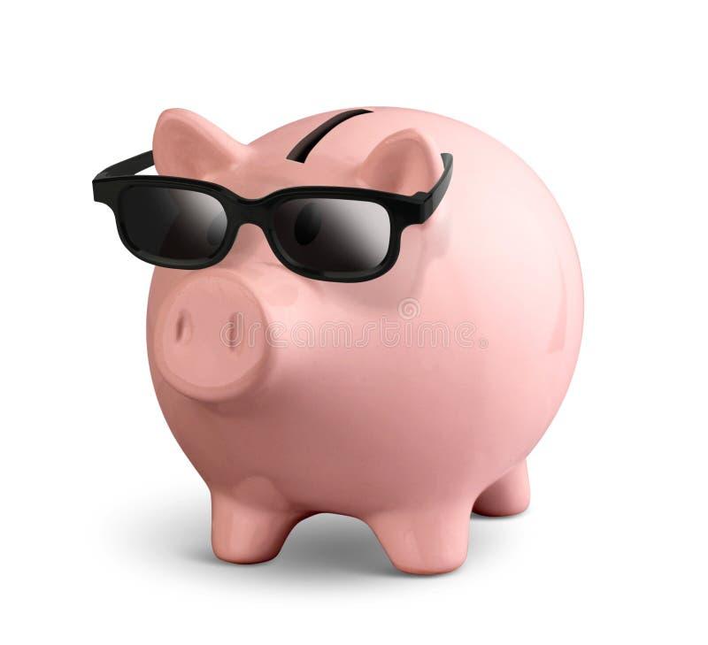 Ρόδινη piggy τράπεζα με τα γυαλιά που απομονώνονται στο λευκό, πορεία ψαλιδίσματος στοκ φωτογραφίες με δικαίωμα ελεύθερης χρήσης