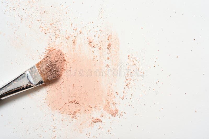 Ρόδινος αποτελέστε πέρα από την άσπρη επιφάνεια με να καταστήσει επάνω τη βούρτσα καλυμμένη στη σκόνη στοκ εικόνες
