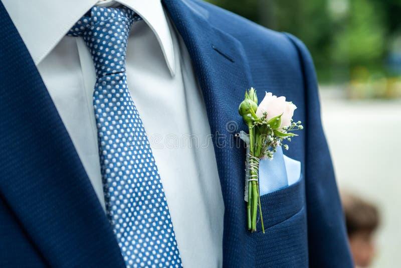 Ρόδινος αυξήθηκε γαμήλιο παλτό νεόνυμφων λουλουδιών μπουτονιέρων με το πουκάμισο δεσμών στοκ εικόνες