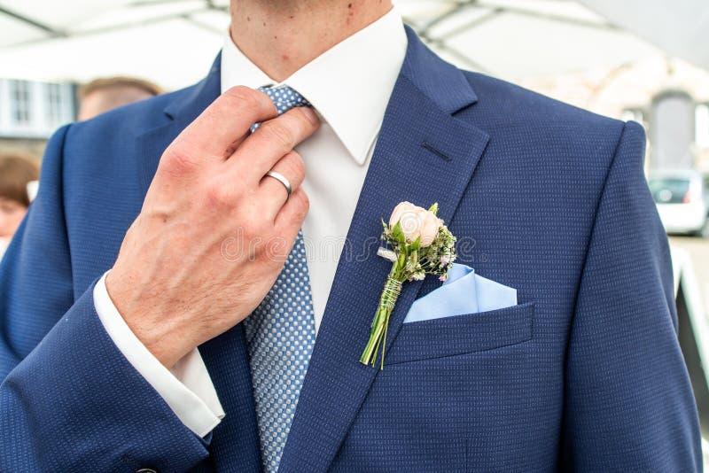 Ρόδινος αυξήθηκε γαμήλιο παλτό νεόνυμφων λουλουδιών μπουτονιέρων με το πουκάμισο δεσμών στοκ φωτογραφία