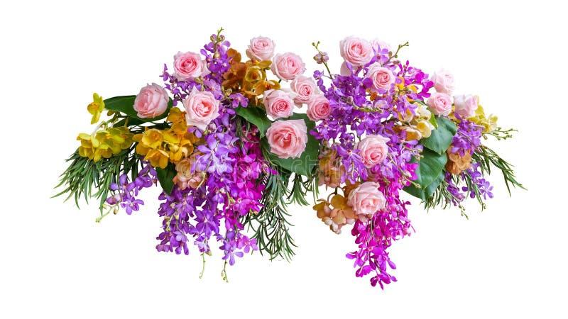 Ρόδινος αυξήθηκε και τροπικά λουλούδια ορχιδεών με το πράσινο γαμήλιο σκηνικό φύσης ρύθμισης φύλλων floral που απομονώθηκε στο άσ στοκ εικόνα με δικαίωμα ελεύθερης χρήσης
