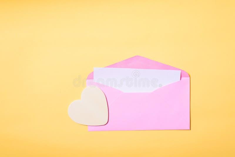 Ρόδινος φάκελος με την κενή άσπρη κάρτα εσωτερική και την καρδιά στοκ φωτογραφία με δικαίωμα ελεύθερης χρήσης