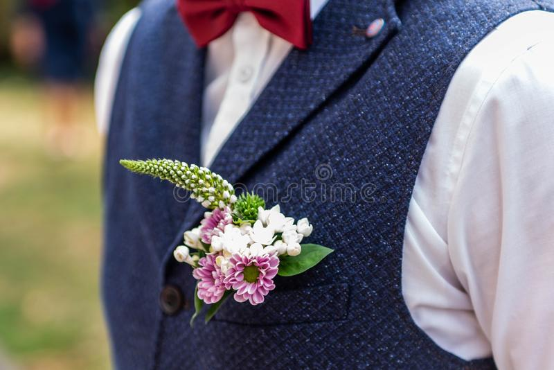 Ρόδινο γαμήλιο παλτό νεόνυμφων λουλουδιών μπουτονιέρων λουλουδιών με τη φανέλλα στοκ φωτογραφία με δικαίωμα ελεύθερης χρήσης