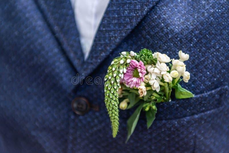 Ρόδινο γαμήλιο παλτό νεόνυμφων λουλουδιών μπουτονιέρων λουλουδιών με τη φανέλλα στοκ εικόνες