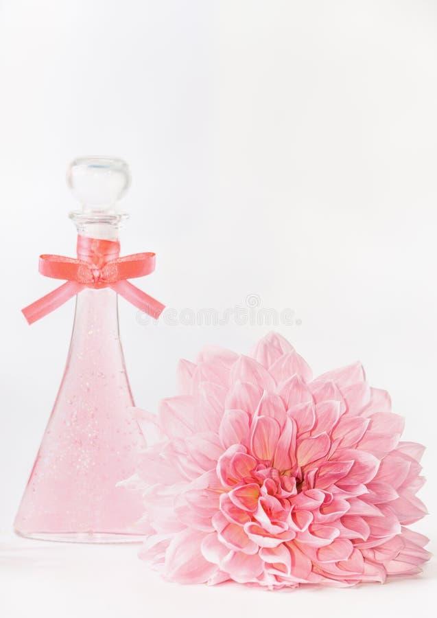 Ρόδινο καλλυντικό προϊόν Astel με το λουλούδι στο άσπρο υπόβαθρο, μπροστινή άποψη Σχεδιάγραμμα για τη φροντίδα δέρματος, wellness στοκ φωτογραφία με δικαίωμα ελεύθερης χρήσης