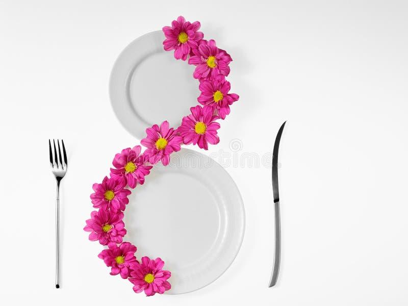 ρόδινο λευκό πιάτων λουλ στοκ εικόνες