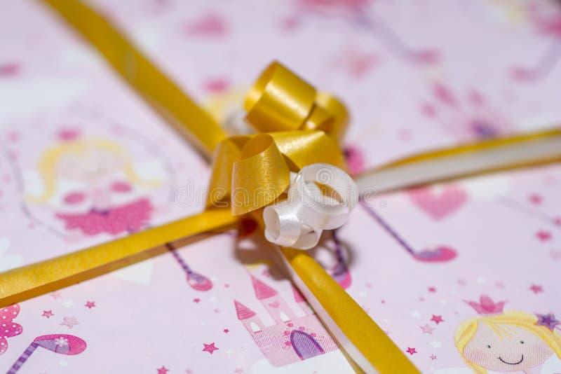 Ρόδινο περικάλυμμα δώρων με την κορδέλλα στοκ εικόνες