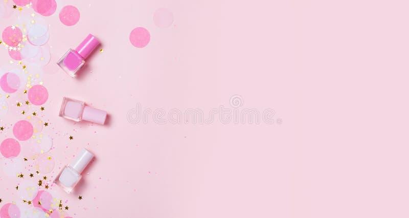 Ρόδινο στιλβωτικές ουσίες και κομφετί καρφιών κρητιδογραφιών, αστέρια και σπινθηρίσματα στοκ φωτογραφία με δικαίωμα ελεύθερης χρήσης