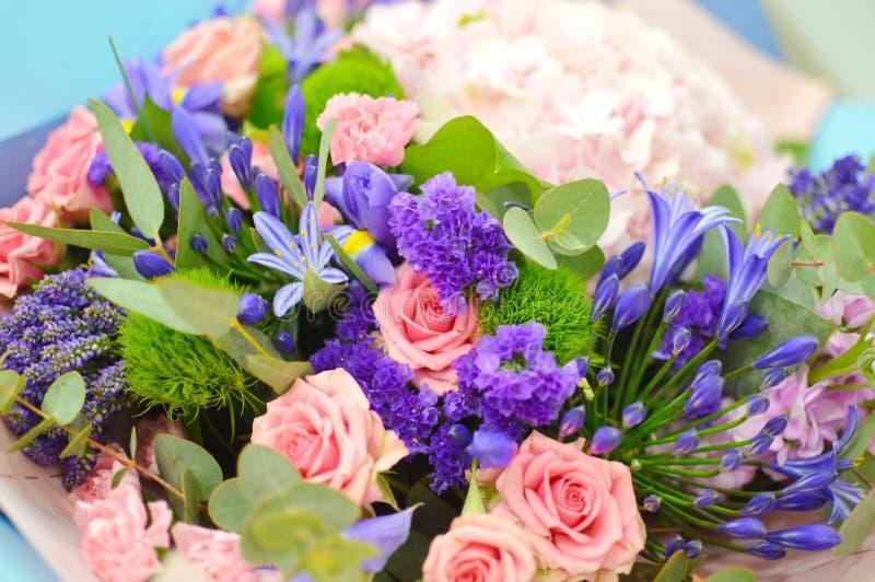 Ρόδινο υπόβαθρο λουλουδιών από τα διαφορετικά λουλούδια στοκ εικόνες
