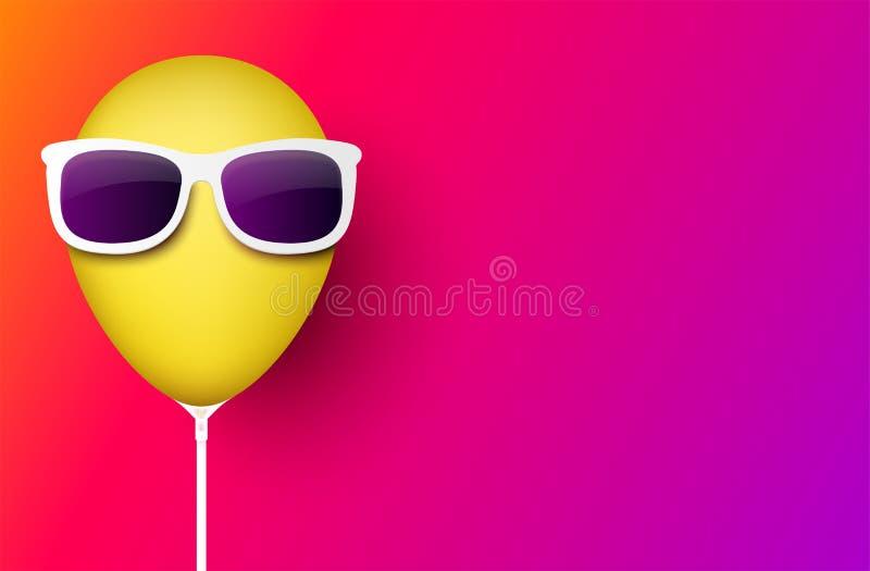 Ρόδινο υπόβαθρο με το κίτρινο μπαλόνι στα γυαλιά ηλίου ελεύθερη απεικόνιση δικαιώματος