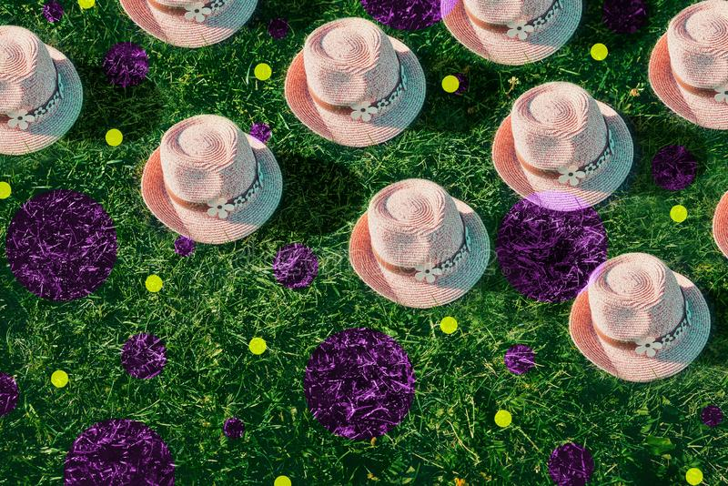 Ρόδινο ψαθάκι θερινού υποβάθρου στη χρωματισμένη χλόη Λαϊκό σχέδιο τέχνης, δημιουργική έννοια θερινών κομμάτων Δυσλειτουργία στοκ φωτογραφία με δικαίωμα ελεύθερης χρήσης