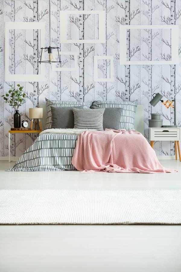 Ρόδινο coverlet στο κρεβάτι στοκ εικόνες με δικαίωμα ελεύθερης χρήσης
