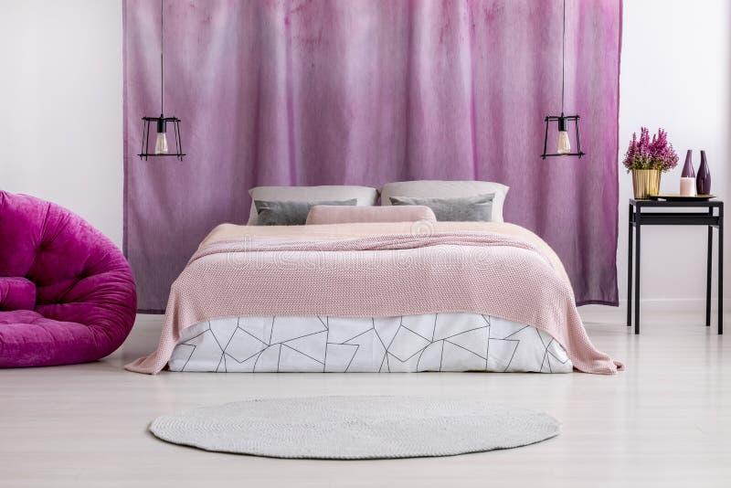 Ρόδινο coverlet στο κρεβάτι στοκ φωτογραφία