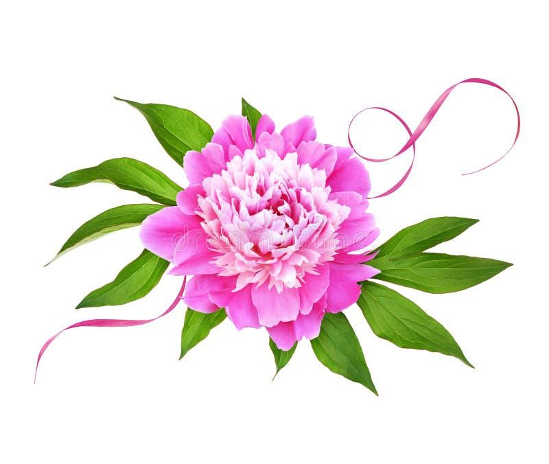 Ρόδινο peony λουλούδι με τα πράσινα φύλλα και κορδέλλα μεταξιού σε μια floral ρύθμιση στοκ εικόνα με δικαίωμα ελεύθερης χρήσης