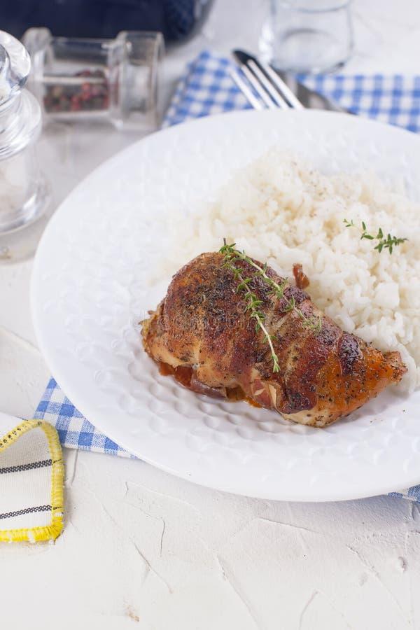 Ρόλοι κοτόπουλου με το μπέϊκον και το άσπρο ρύζι Εύγευστα υγιή τρόφιμα Κινεζικά και αμερικανικά τρόφιμα σε ένα άσπρο υπόβαθρο Ελε στοκ εικόνα