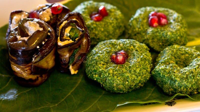 Ρόλοι της μελιτζάνας με μια πλήρωση των ξύλων καρυδιάς, της Γεωργίας πρόχειρο φαγητό στοκ φωτογραφία