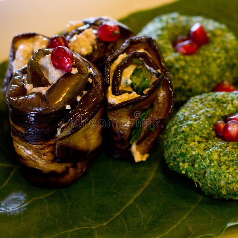 Ρόλοι της μελιτζάνας με μια πλήρωση των ξύλων καρυδιάς, της Γεωργίας πρόχειρο φαγητό στοκ εικόνες