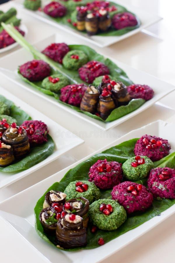 Ρόλοι της μελιτζάνας με μια πλήρωση των ξύλων καρυδιάς, της Γεωργίας πρόχειρο φαγητό στοκ φωτογραφίες