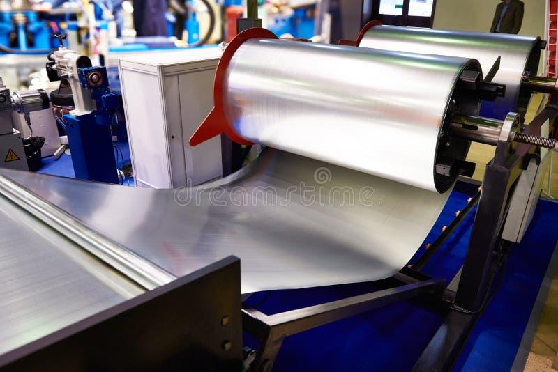 Ρόλοι του μετάλλου φύλλων στο βιομηχανικό εξοπλισμό στοκ φωτογραφία