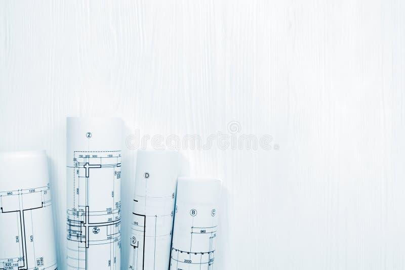 Ρόλοι των αρχιτεκτονικών σχεδίων στο άσπρο υπόβαθρο στοκ φωτογραφία με δικαίωμα ελεύθερης χρήσης