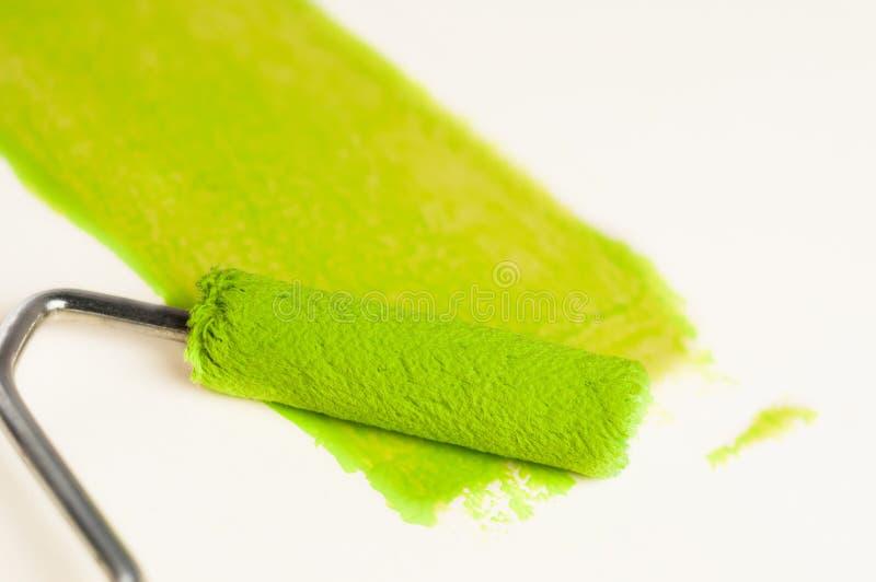 Ρόλος για το χρώμα και πράσινη διαδρομή στον τοίχο Έννοια επισκευής στοκ φωτογραφίες με δικαίωμα ελεύθερης χρήσης