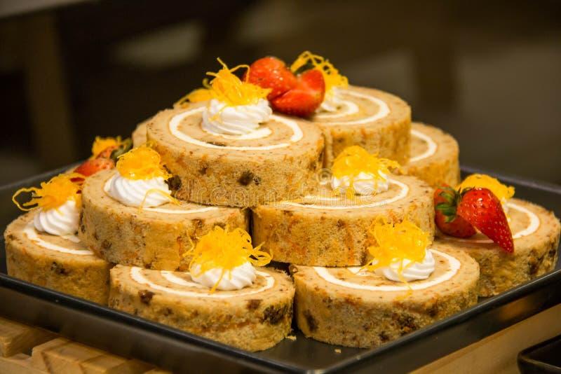 Ρόλος κέικ σφουγγαριών με την κρέμα στο πιάτο στοκ φωτογραφία με δικαίωμα ελεύθερης χρήσης