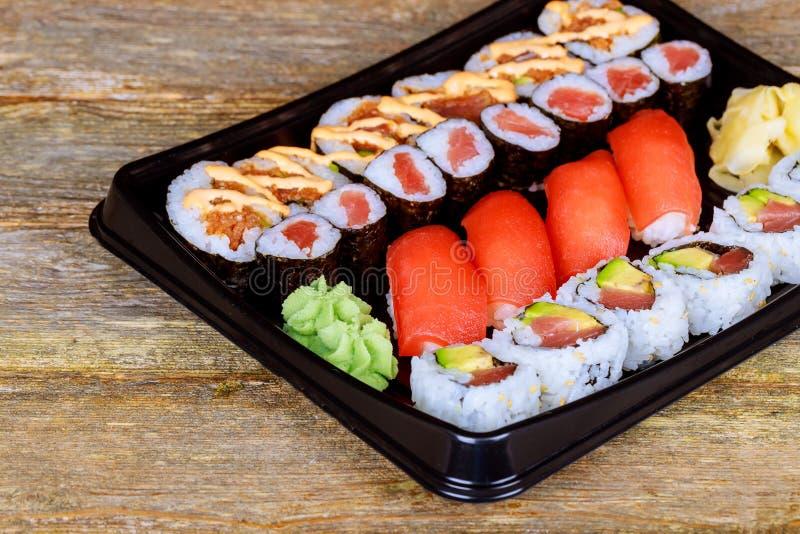 Ρόλος σουσιών ουράνιων τόξων με το σολομό Ιαπωνικά τρόφιμα στοκ εικόνα