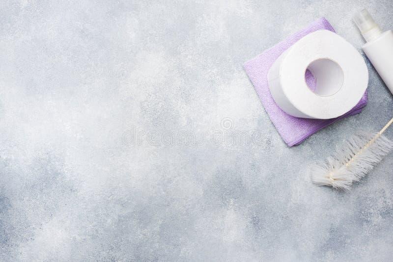 Ρόλος του άσπρου χαρτιού τουαλέτας στο γκρίζο υπόβαθρο με το διάστημα αντιγράφων στοκ φωτογραφίες με δικαίωμα ελεύθερης χρήσης